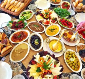 Turkish Breakfast Serpme Turk Kahvaltisi Sucuk Kaymak Cay Simit Omlet Recel Bal Zeytinyagi Zeytin Sahanda Yumurta Toronto Canada Kanada Ottawa Montreal Quebec Vancouver Halifax Hamilton Edmonton Laval Ajax Hamilton Niagara Falls